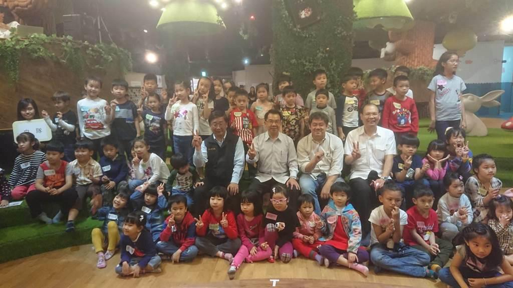 台中市警察局全國首創結合「小劇人playplayer」兒童劇場,警察局長楊源明(2排右6)參與劇場演出,與現場小朋友一同「施魔法」,賦予「小木偶」生命,走出平面繪本,宣導兒童網路安全。(張妍溱攝)