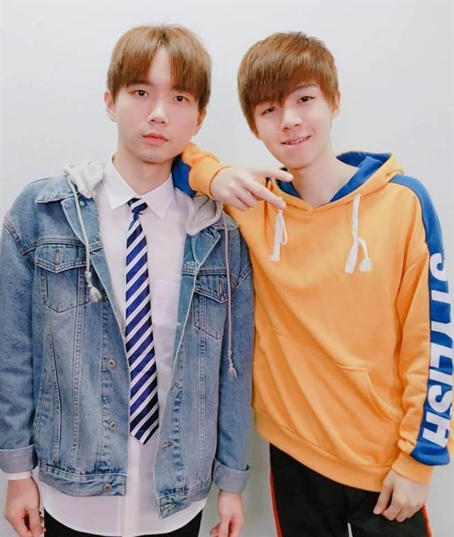 Youtuber「黃氏兄弟」今日突破百萬訂閱,更宣布哥哥(左)結婚。(圖/翻攝自黃氏兄弟臉書)