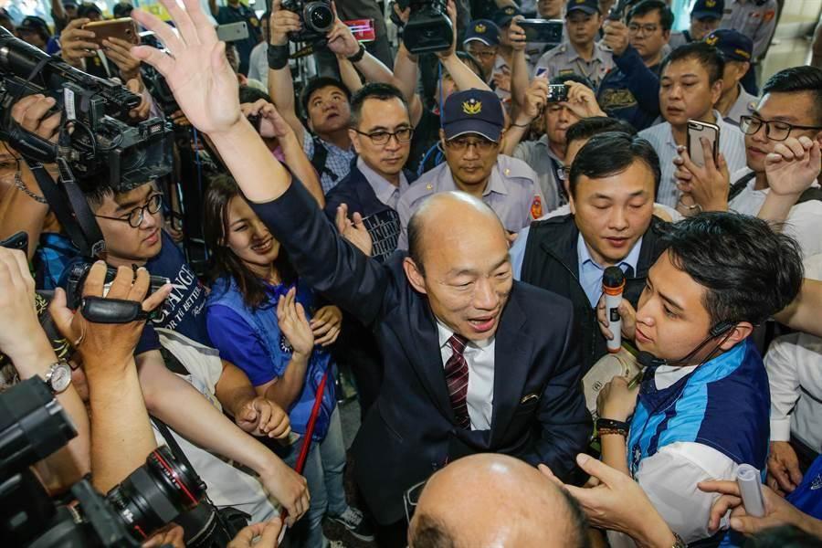 韓國瑜28日返國,在機場跟支持者打招呼。(本報資料照片)