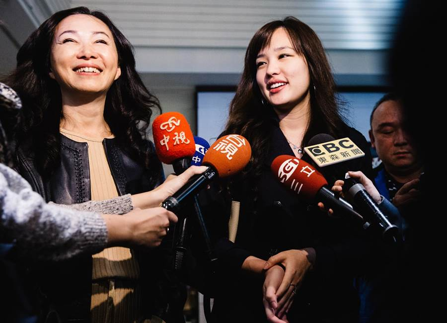 圖為李佳芬(左)與女兒韓冰(右)母女面對媒體,舉止落落大方。(資料照片 郭吉銓攝)