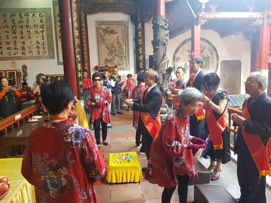 王金平(黑西裝者)持香向媽祖祭拜。(程炳璋攝)