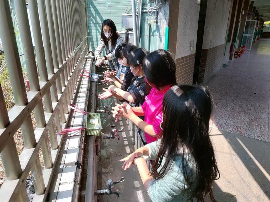 台中市教育局宣導導學校每日落實環境消毒工作,維護學校師生安全。(盧金足翻攝)