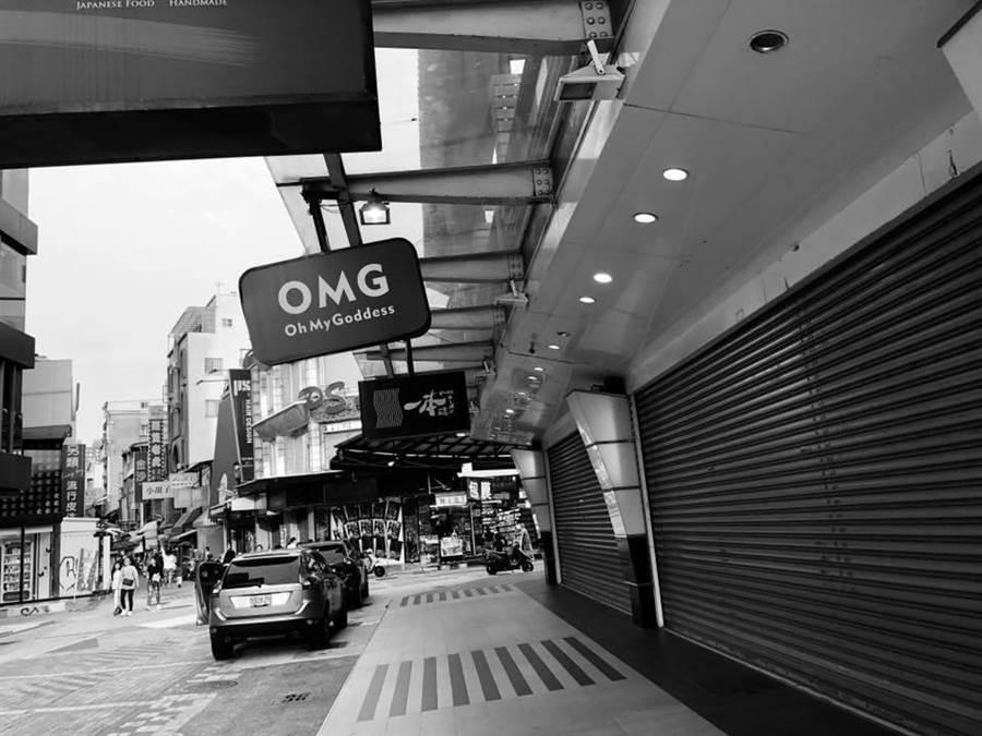 桃園市議員王浩宇po出這張照片,並表示這是週末下午的新崛江商圈,整排店面都空的。(擷取自王浩宇臉書)