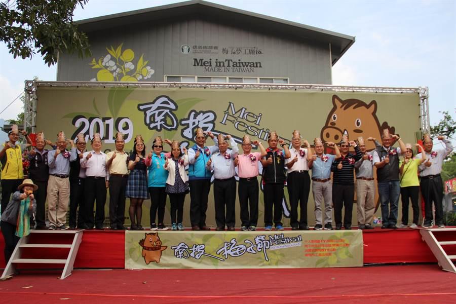 南投梅子節在信義鄉農會揭開序幕,後續將在全台各地行銷。(廖志晃攝)