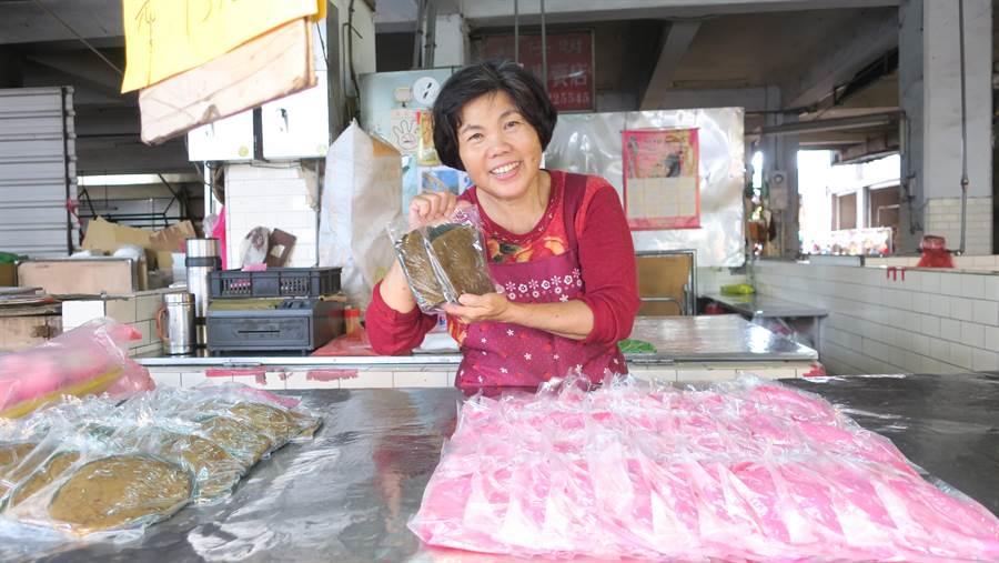 63歲的謝麗枝從小在娘家粿店長大,婚後在永靖鄉第一市場裡賣粿,從少女賣到當阿嬤,許多學子、老農,都吃她家製作的冰品和米粿。(謝瓊雲攝)