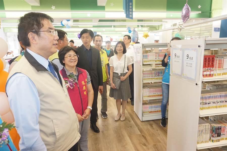 台南市長黃偉哲(左)今天下午來到現場視察已經啟用的麻豆區圖書館,期許未來提供民眾優質閱讀空間。(李其樺攝)