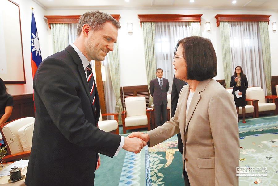 蔡總統(右)30日接見捷克布拉格市長賀吉普。(中央社)