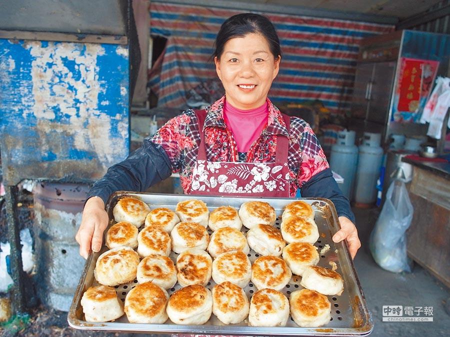 雲林縣北港鎮建國國中對面的無店名素食水煎包大顆又美味。(張朝欣攝)