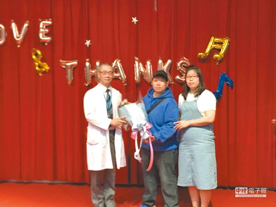 林鷹君(中)全家6人簽署器捐同意書,盼幫助別人,讓生病的人身體變好。(張妍溱翻攝)