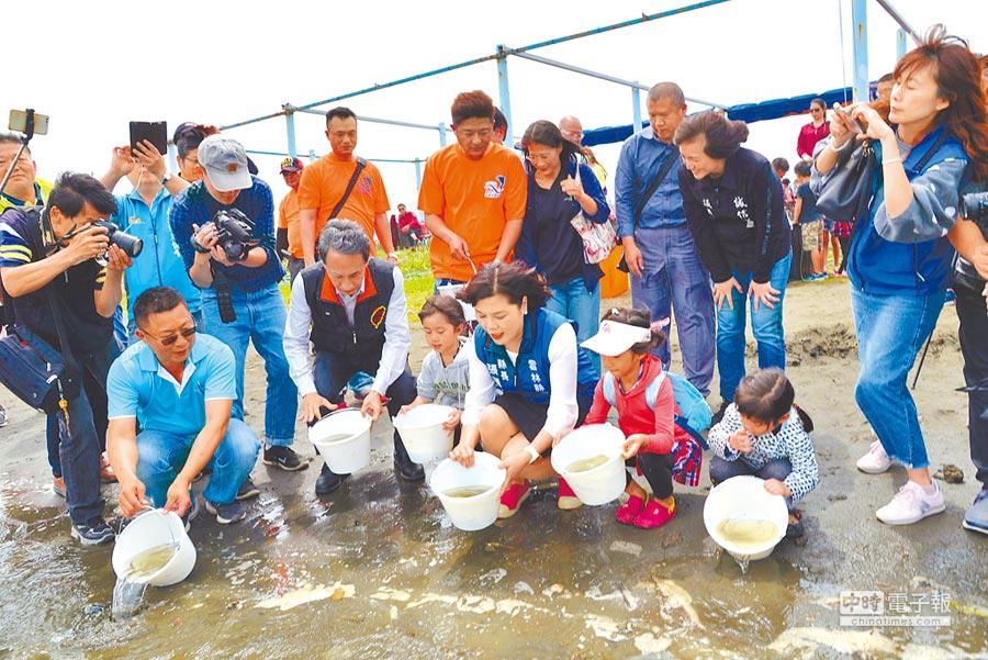 雲林縣長張麗善(前右三)放流魚苗,關懷台西生態復育。(張朝欣攝)
