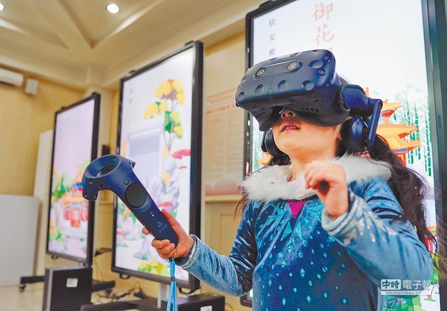 北京故宮運用各種方式提高大眾對收藏文物的認識。圖為大陸民眾使用VR體驗。(中新社資料照片)