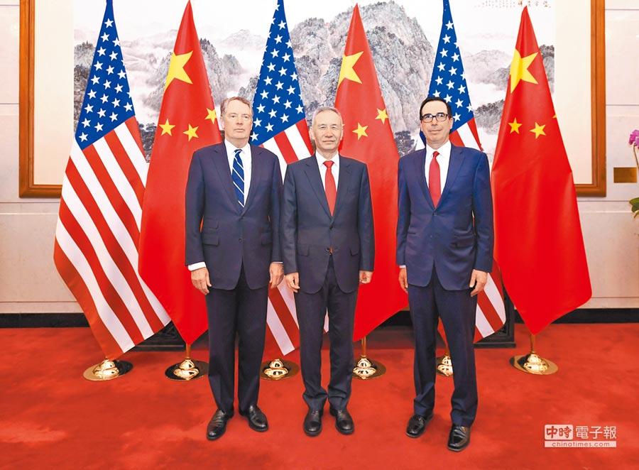 中美談判29日在北京結束,大陸國務院副總理劉鶴(中)、美國貿易代表萊特希澤(左)、財政部長努欽(右)合影。(新華社)