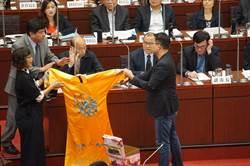 綠營狂逼問選總統送龍袍 韓國瑜拒收