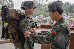 頒榮譽臂章!特戰官兵完成20天、500公里濱海城鎮行軍