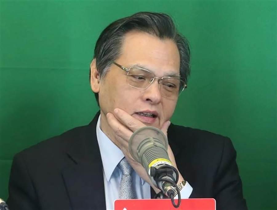 陸委會主委陳明通接受電台訪問。(趙雙傑攝)