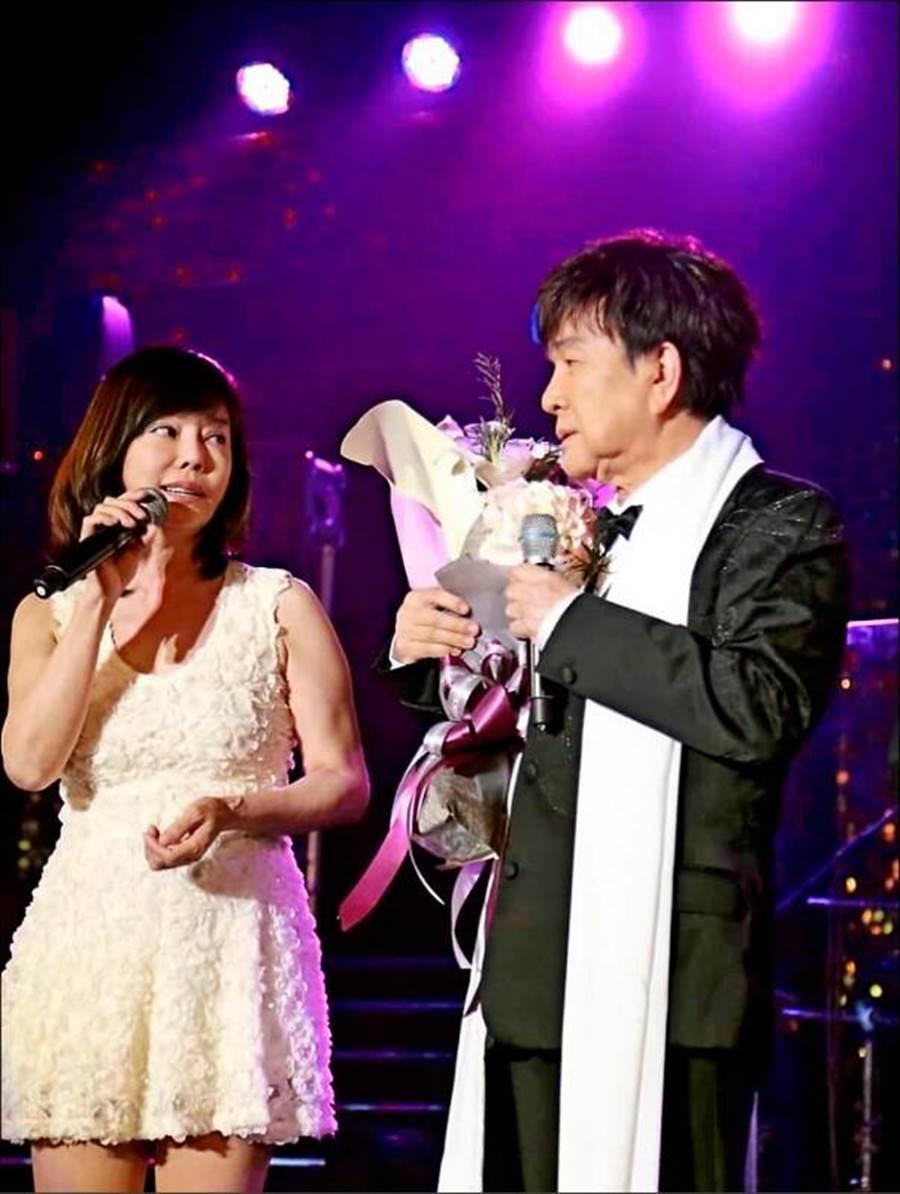 狄鶯(左)日前現身謝雷(右)公益演唱會,大談孫安佐。(圖/翻攝自臉書)