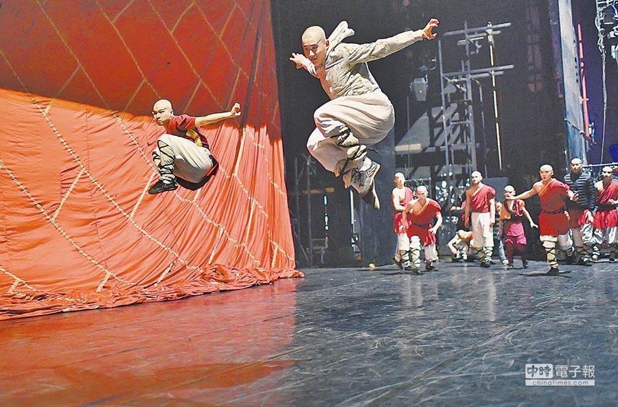 每天上午,《功夫傳奇》劇組全體演員集體練功,開展「大比武」。(胡鐵湘攝)
