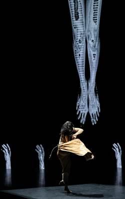 鄭宗龍毛月亮 透過上帝之手揮舞人性與科技