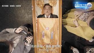 扮亡者演練告別式 老夫躺棺材挽救葬儀事業