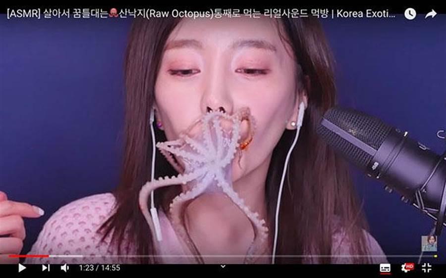 女網紅生吞活章魚!8觸手扒臉掙扎 網驚:異形(圖/翻攝自YouTube)