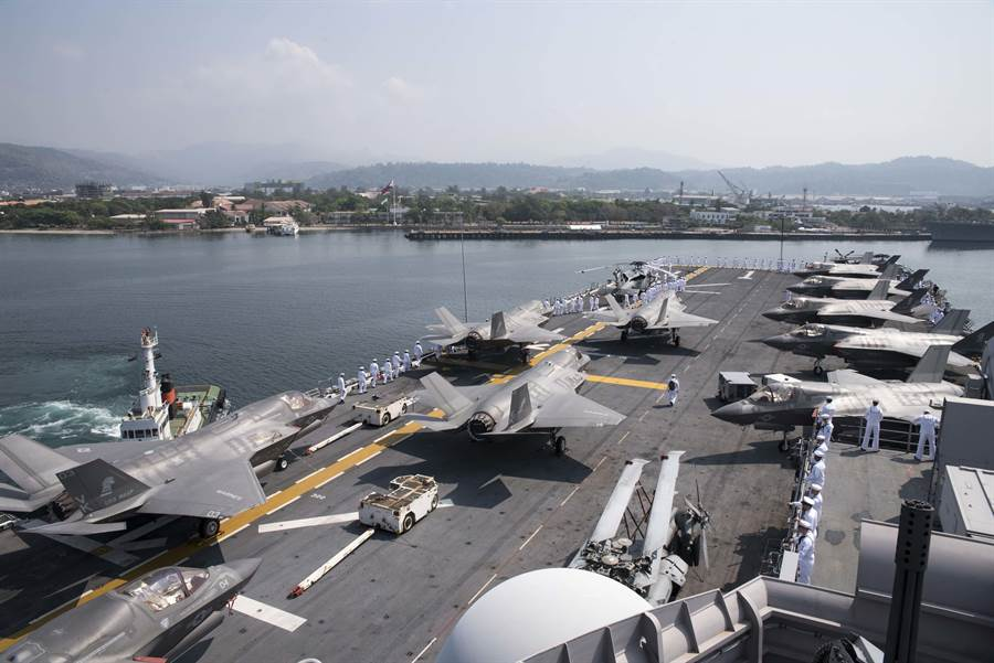 美國海軍兩棲攻擊艦「黃蜂」號3月30日滿載F-35B戰機抵達蘇比克灣,準備參加美菲2019「肩並肩」(Balikatan)聯合軍事演習。(美國海軍)