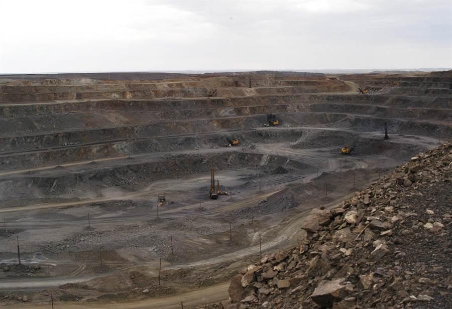 以機械化設備大量開採的大陸內蒙古自治區包頭市白雲鄂博稀土礦。目前中國大陸不只是產量最大,與稀土相關專利技術數量也最多。(圖/美聯社)
