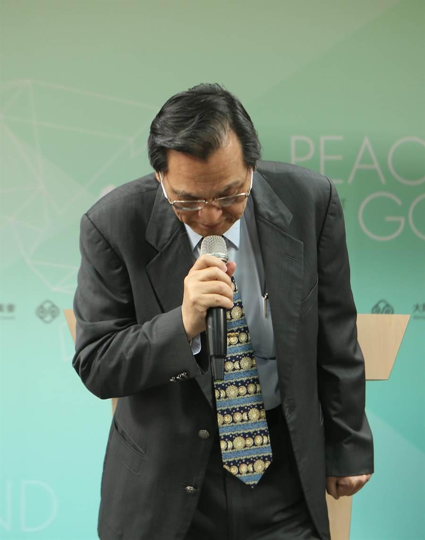 陸委會主委陳明通2日早上為了「禽獸說」鞠躬道歉。(圖/陳怡誠攝)