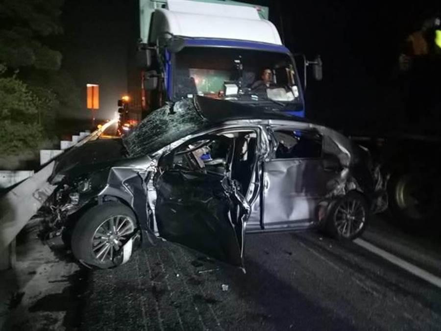 小客車遭大貨車撞擊,車體嚴重變形。(巫靜婷翻攝)