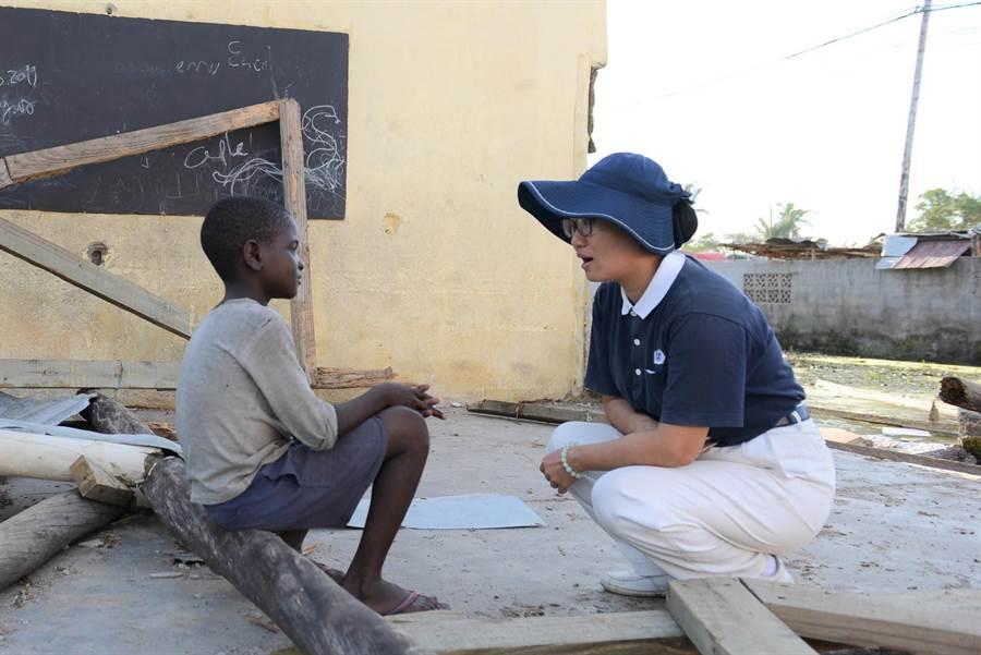 災區學校毀損,慈濟志工勘災時看到學生駐足校園,安慰孩童難過的心。(圖/慈濟基金會提供)