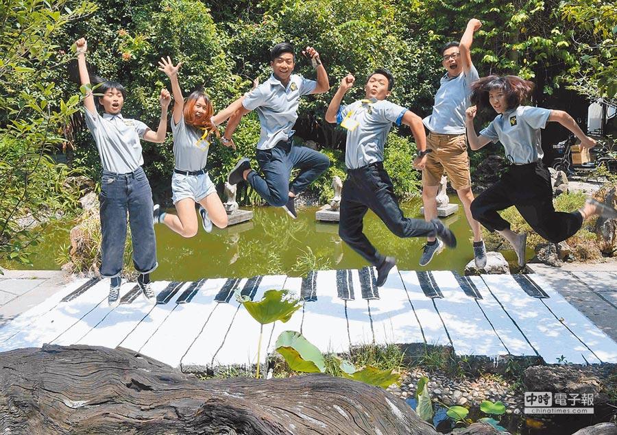閩台家園台灣青年創新創業基地承辦的首屆「潮‧視覺創作營」,首次來大陸的台青在福州市溫泉公園藝博園內創作完成的彩繪作品《鋼琴步道》上,留下象徵音符跳躍瞬間影像。(中新社)