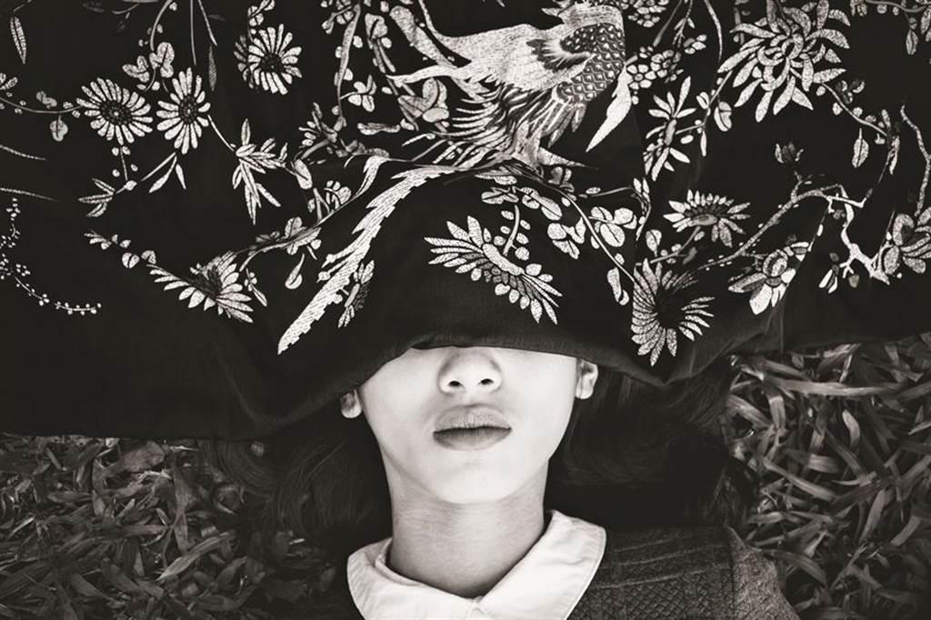 2019新光三越國際攝影大賽-選優,鐘文彥「生理期」系列作品,傳神陳述著「我被挑逗著,同時又夾雜的害怕。那一幕的景象一直在腦海中揮之不去,像惡趣味一樣」。(新光三越提供)