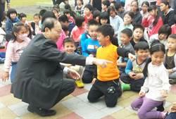 樂學兒童協力共學 教育局長與東勢3國小歡度兒童節