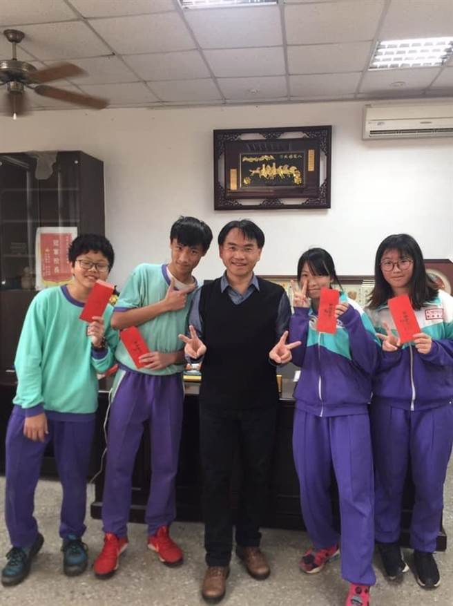 新屋區大坡國中校長黃博欽(左)與學生相處融洽。(黃博欽提供)