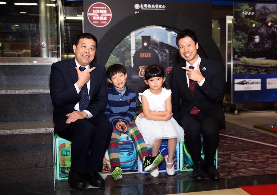 雙鐵代表希望為兒童節帶來鐵道的樂趣。左邊是台鐵徐副局長。