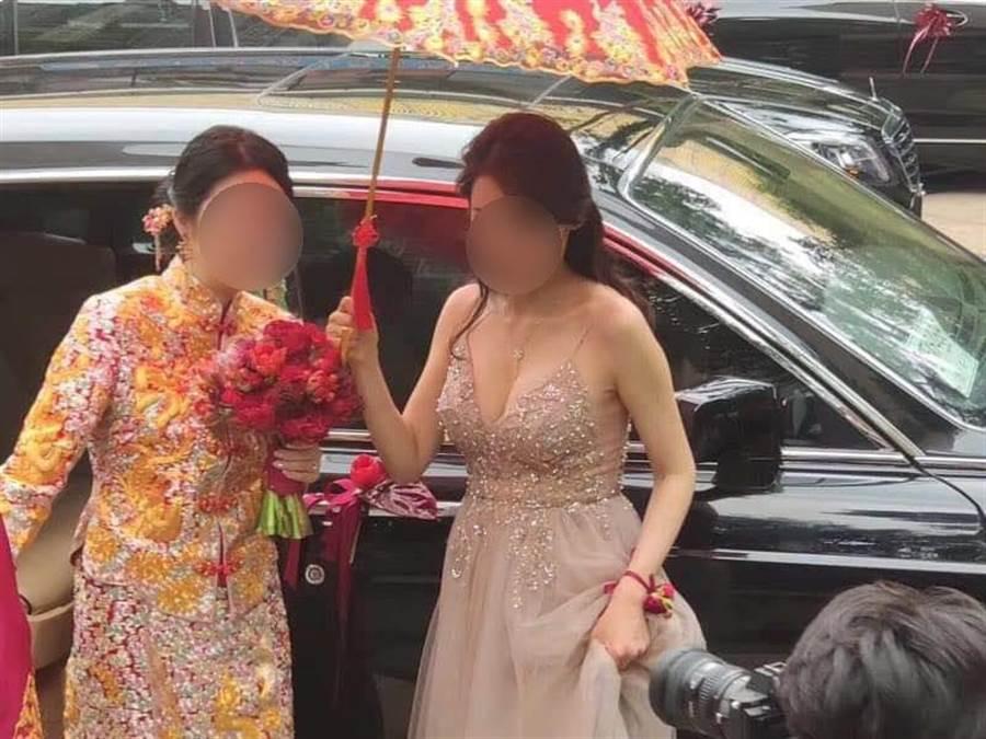 伴娘穿著一襲深V低胸禮服,搶盡新娘子風采。(圖/翻攝自臉書《爆廢公社》)