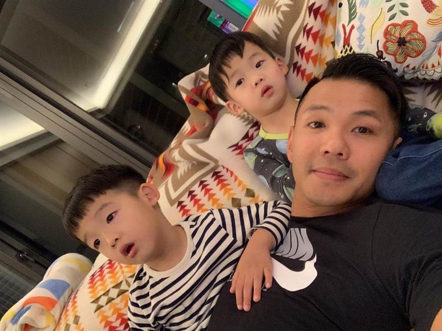 黑人放假都在家陪伴雙胞胎兒子「飛翔」。(圖片提供:中天)