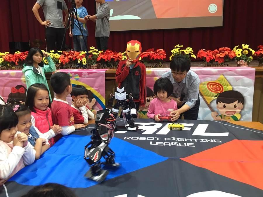 格鬥機器人挑戰擂台,許多學童爭相體驗操控。(校方提供)