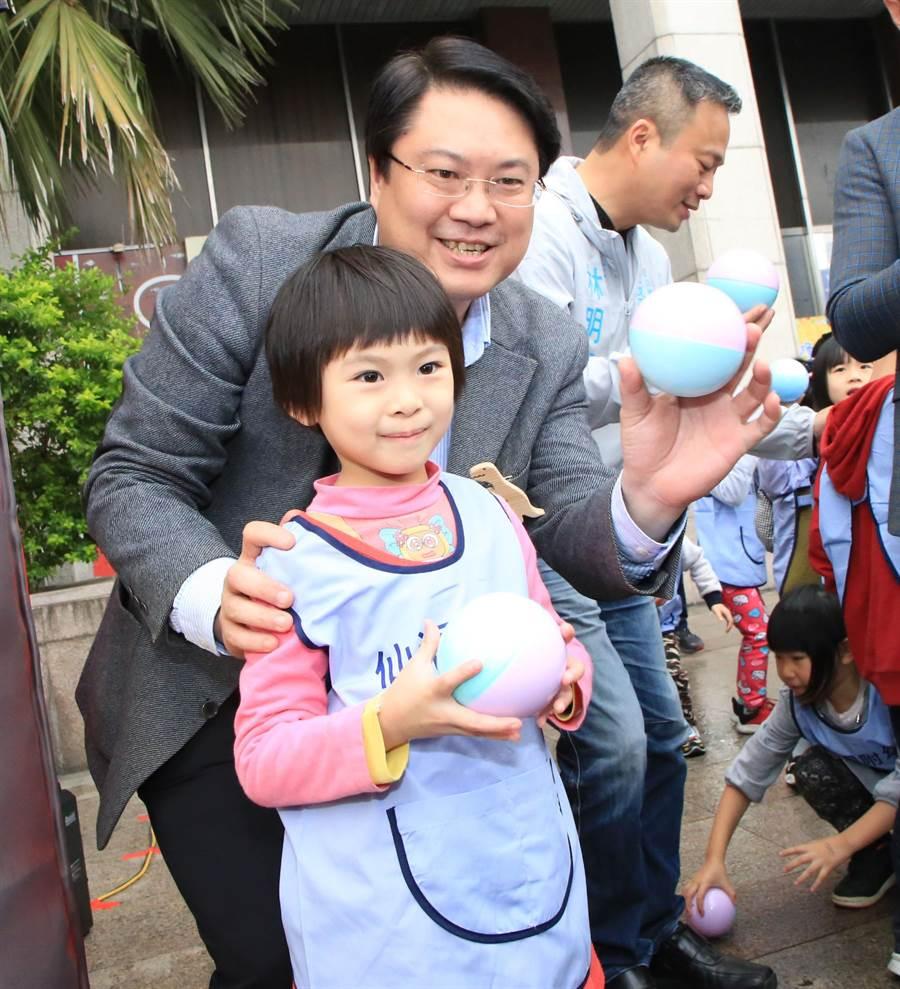 「基隆童話藝術節」將在清明連假登場,基市府3日在基隆市文化中心廣場前舉辦「搶先看」的記者會活動,市長林右昌與小朋友開心合影。(張穎齊攝)