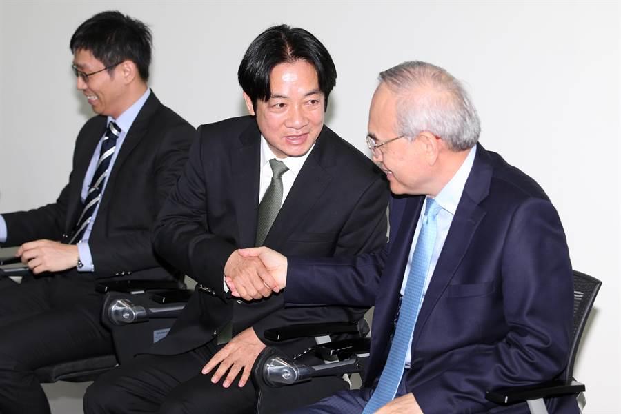 前行政院長賴清德(中)3日赴台灣人工智慧(AI)學校參訪,並與台灣人工智慧學校執行長陳昇瑋(左)、義隆電董事長葉儀皓(右)等產業界人士、學員們座談,聽取台灣AI產業的發展願景。(黃世麒攝)