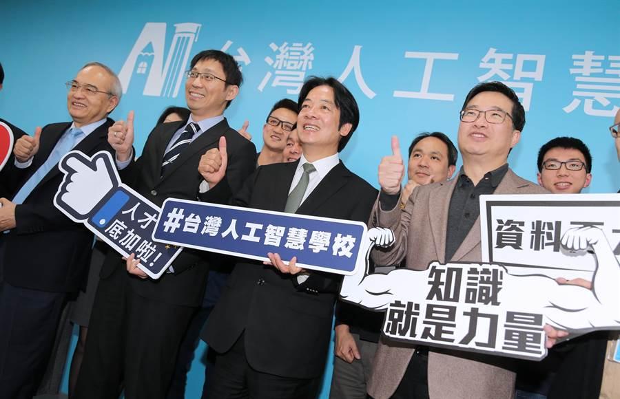 前行政院長賴清德(前排中)3日赴台灣人工智慧(AI)學校參訪,並與義隆電董事長葉儀皓(前排左起)、台灣人工智慧學校執行長陳昇瑋等產業界人士、學員們座談,聽取台灣AI產業的發展願景。(黃世麒攝)
