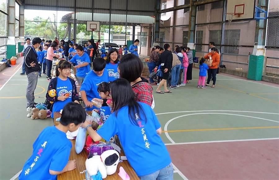提前慶祝兒童節,台南東山的吉貝耍國小舉辦公益跳蚤市場,小朋友們捐出自家物品義賣,所得全數捐贈德蘭啟智中心。(莊曜聰攝)