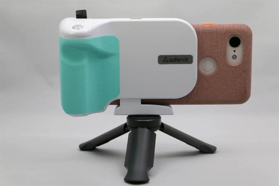 把手機裝上Adonit PhotoGrip Qi無線充電藍牙拍照握把。(圖/黃慧雯攝)