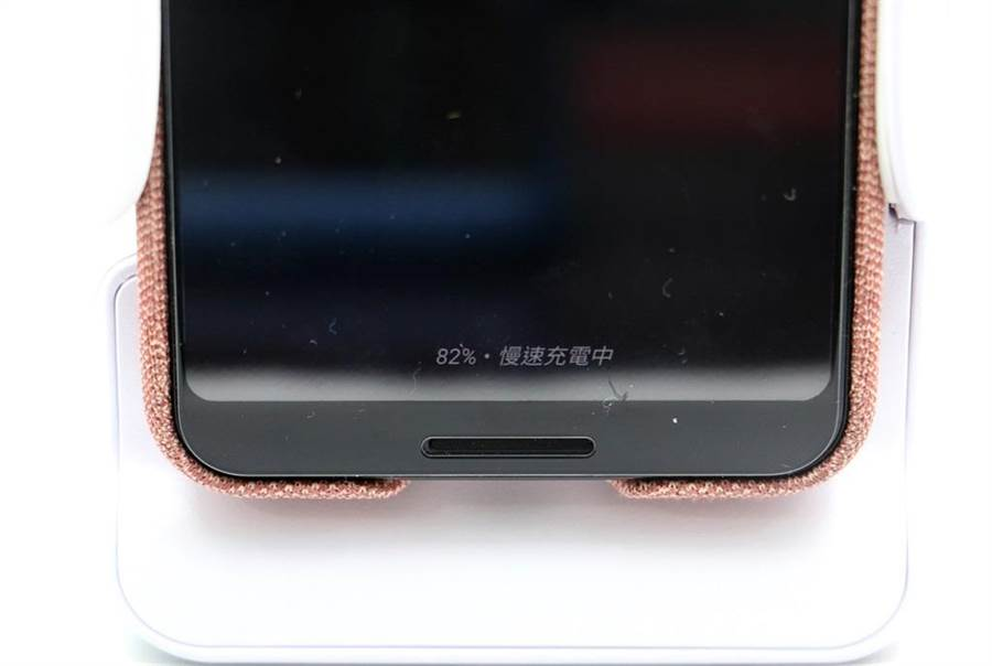 Adonit PhotoGrip Qi可以替手機進行無線充電。(圖/黃慧雯攝)