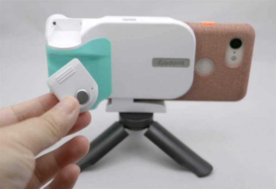 Adonit PhotoGrip Qi手把上有一個藍牙遙控,可輕鬆拆卸。也因為有固定放置的位置,也不容易丟失。(圖/黃慧雯攝)