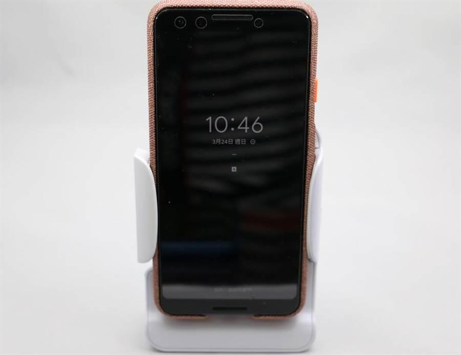 Adonit PhotoGrip Qi重心設計設計良好,也可以作為手機立架。(圖/黃慧雯攝)
