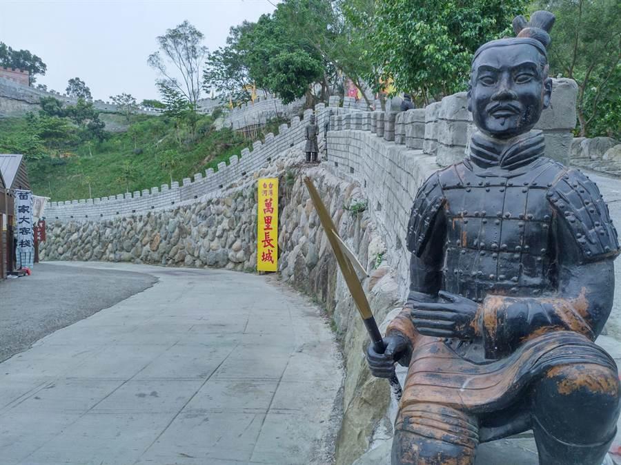 仿古長城共有3公里,還有造型兵馬俑鎮守。(莊曜聰攝)