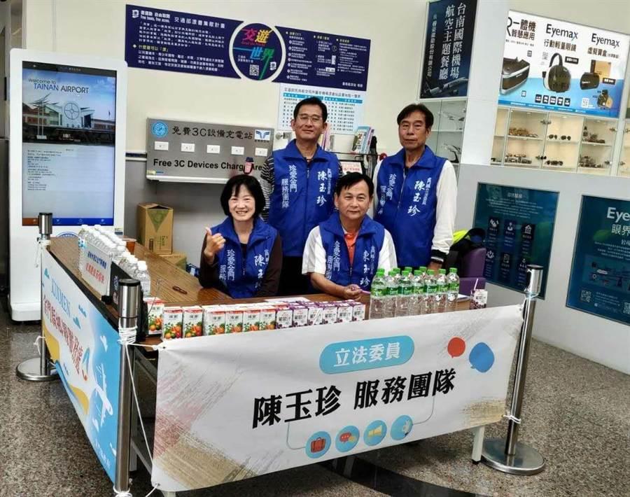 陳玉珍立委團隊進駐台灣5座機場,協助清明連假疏運工作。(陳玉珍立委服務處提供)