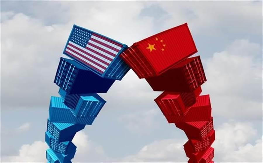 川普指出,若沒有選出他,可能只要2年多,美國經濟就會被中國大陸給超越,不過他發起了貿易戰,中國大陸想要追上變得更難了。(圖/達志影像)