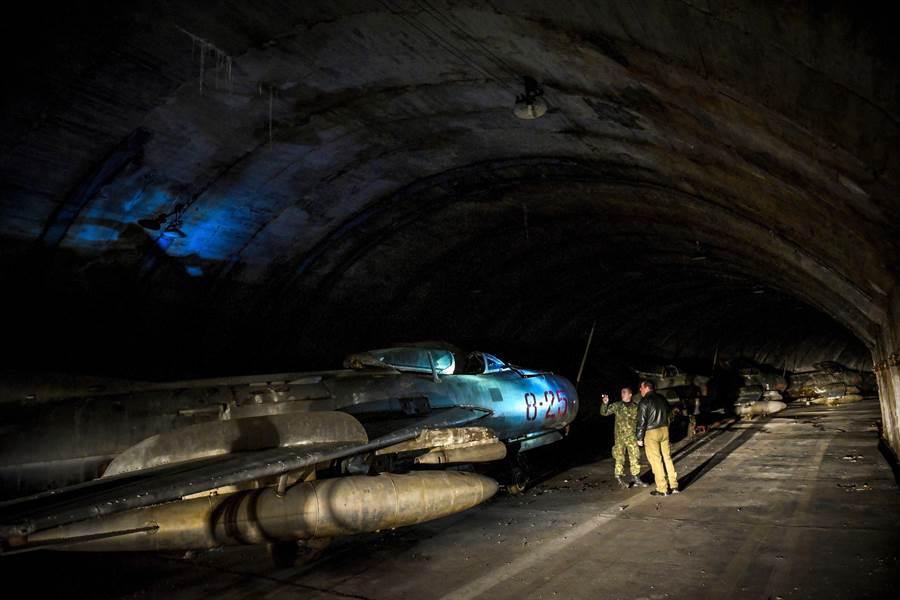 阿爾巴尼亞公開山洞裡的米格機,許多買家想購入收藏。(圖/youtube)