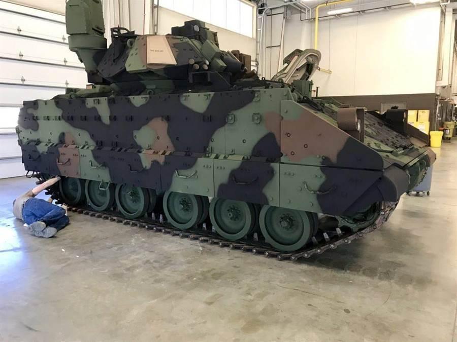 美國M2布萊德雷戰鬥車,正改成新式森林迷彩。(圖/RedKnightHQ66 twitter)